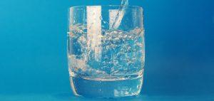 Acqua, berne poca peggiora l'umore