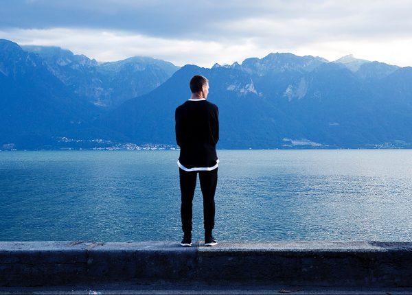 Cent'anni di solitudine. Com'è oggi sentirsi soli e quanto contano gli amici